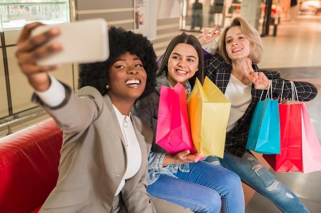 Szczęśliwe dorosłe kobiety bierze selfie