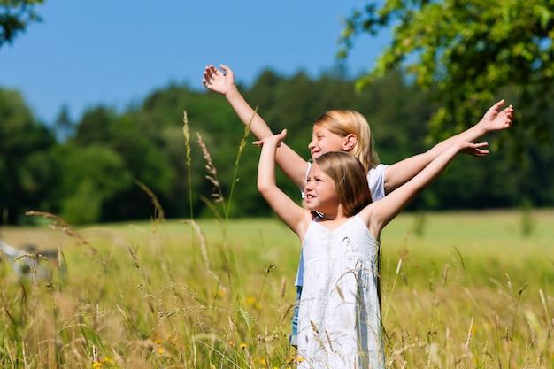 Szczęśliwe dzieci bawiące się w naturze