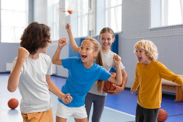 Szczęśliwe dzieci cieszące się zajęciami na siłowni