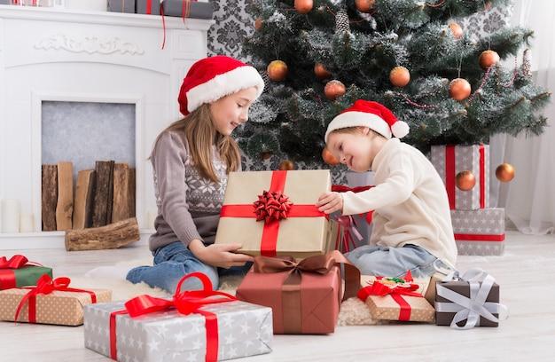 Szczęśliwe dzieci dostają prezenty świąteczne