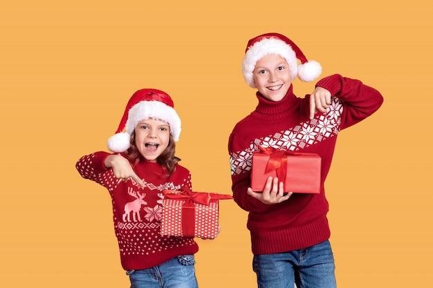 Szczęśliwe dzieci gospodarstwa czerwone pudełka
