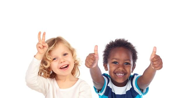 """Szczęśliwe dzieci mówią """"ok"""" i patrzą w kamerę na białym tle"""