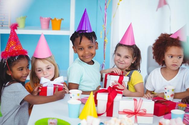 Szczęśliwe dzieci na przyjęciu urodzinowym