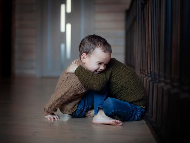 Szczęśliwe dzieci przytulanie braci bliźniaków
