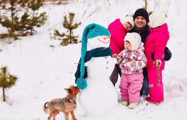Szczęśliwe dzieci spędzają czas z ojcem w świąteczny dzień