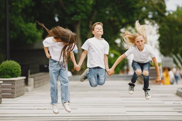 Szczęśliwe dzieci spędzają razem czas w letnim mieście