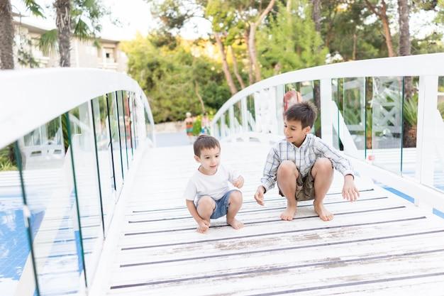 Szczęśliwe dzieci spędzają wakacje w pięknym kurorcie