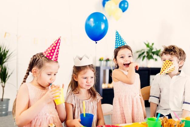 Szczęśliwe dzieci świetnie się bawią