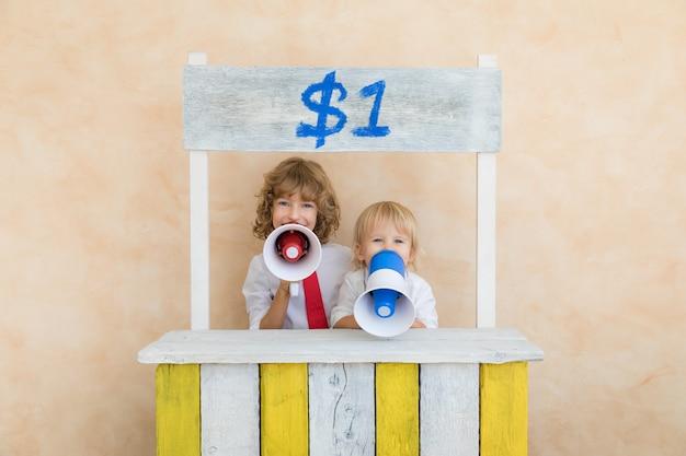 Szczęśliwe dzieci udają biznesmenów