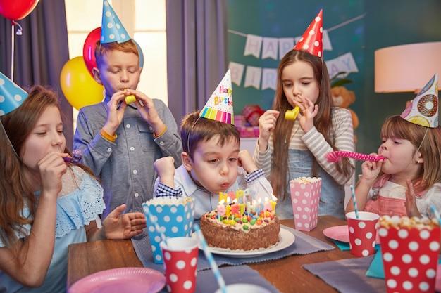 Szczęśliwe dzieci w czapkach z okazji urodzin