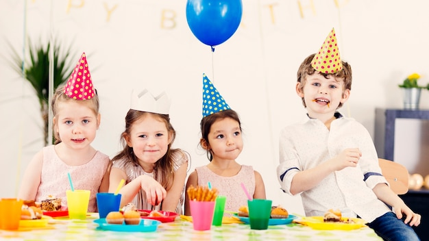 Szczęśliwe dzieci w kolorowych czapkach
