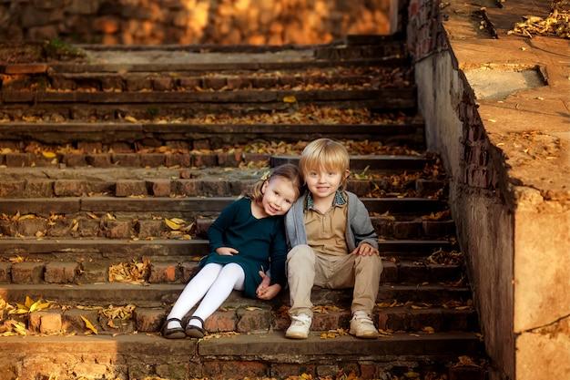 Szczęśliwe dzieci w parku jesienią