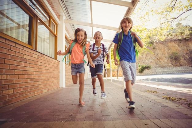 Szczęśliwe dzieci w szkole w korytarzu