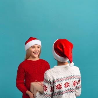 Szczęśliwe dzieci wzajemnie zaskakujące miejsce