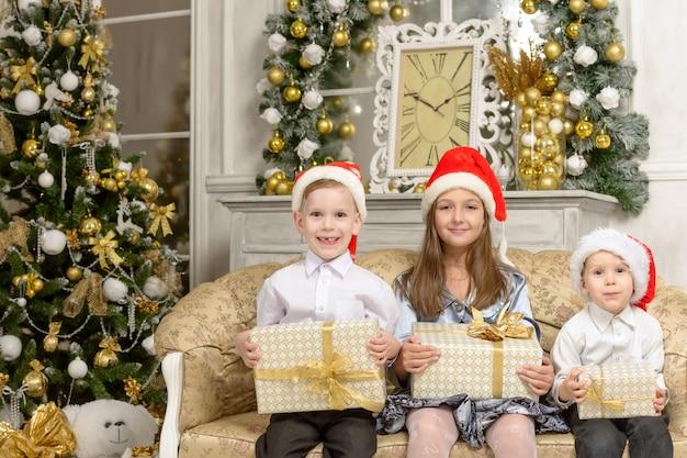 Szczęśliwe dzieci z prezentami świątecznymi. dzieci trzymając pudełka na prezenty