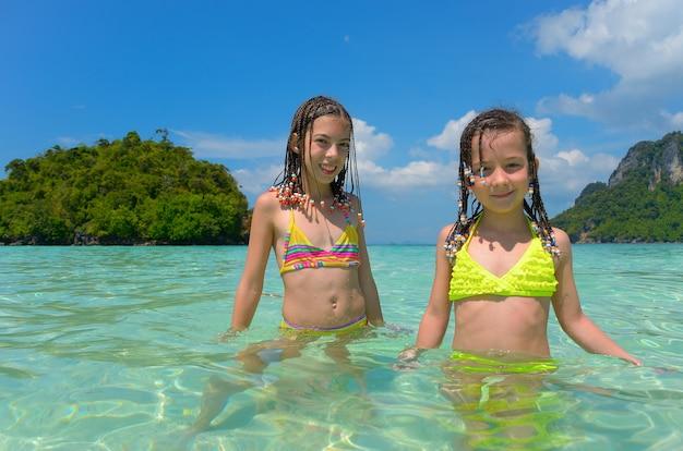 Szczęśliwe dzieci zabawy na morzu