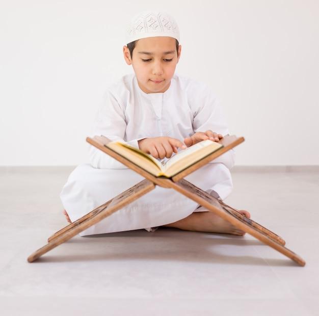Szczęśliwe dzieciaki czytające koran
