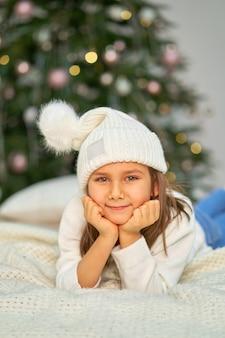Szczęśliwe dzieciństwo, magiczna bajka bożego narodzenia. dziewczynka czeka na prezenty świąteczne i świąteczne.