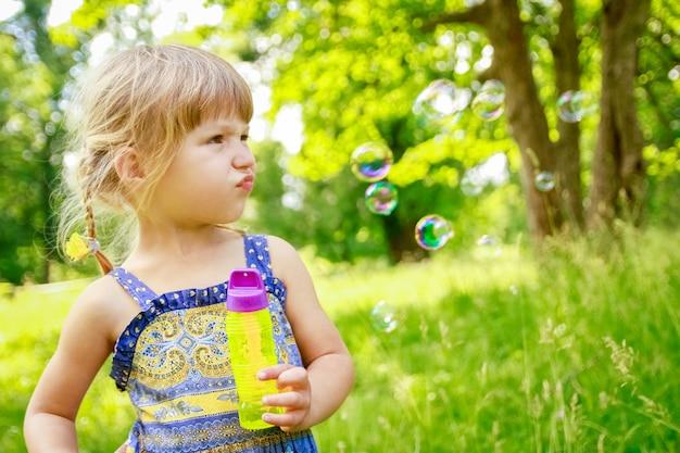 Szczęśliwe dziecko bawi się bawiąc się w parku przyrody