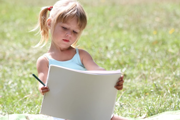 Szczęśliwe dziecko bawi się grając w reklamę w parku przyrody