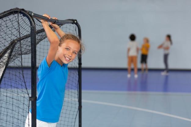Szczęśliwe dziecko bawiące się na zajęciach z siłowni
