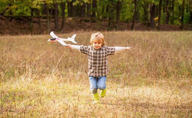Szczęśliwe dziecko bawiące się na zewnątrz.