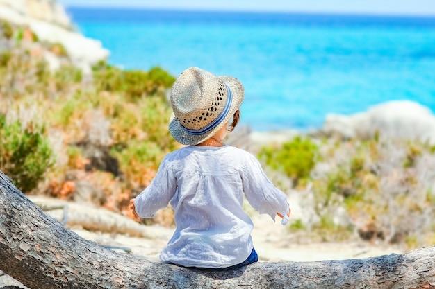 Szczęśliwe dziecko bawiące się nad morzem