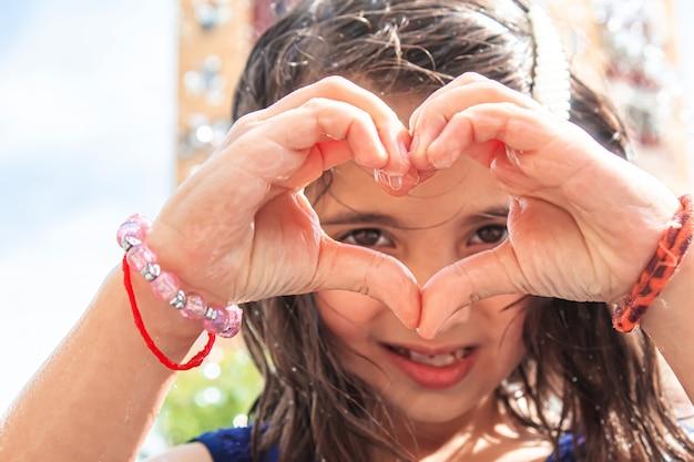Szczęśliwe dziecko bawiące się w fontannie selektywne focus.people