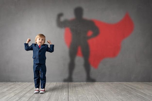 Szczęśliwe Dziecko Chce Zostać Superbohaterem. Premium Zdjęcia