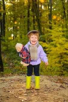 Szczęśliwe dziecko chłopiec spacerujący po jesiennym parku piękne dziecko w swetrze w jesiennym lesie szczęśliwe dziecko