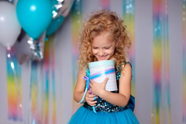 Szczęśliwe dziecko dziewczyna w eleganckiej sukience