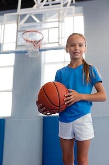 Szczęśliwe dziecko grające w koszykówkę