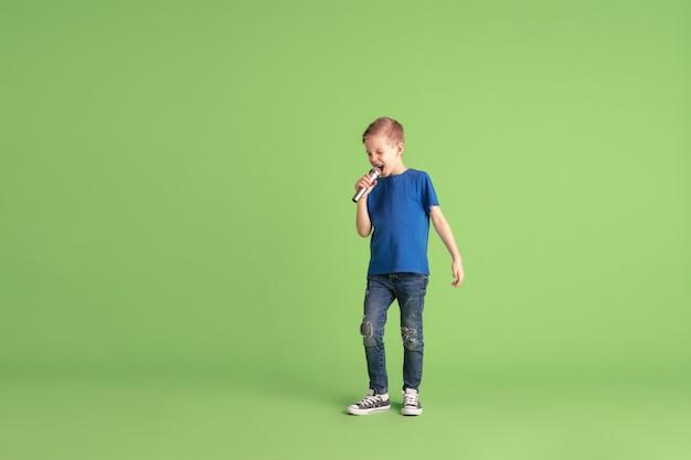 Szczęśliwe dziecko gry i zabawy