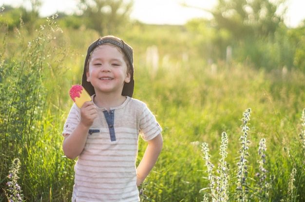 Szczęśliwe dziecko jedzenie ciasteczek w postaci lodów