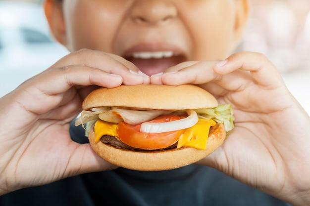 Szczęśliwe dziecko jedzenie niezdrowe jedzenie w restauracji