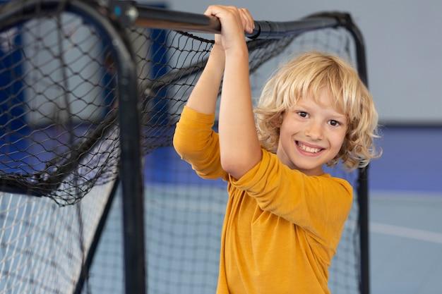 Szczęśliwe dziecko korzystające z zajęć na siłowni