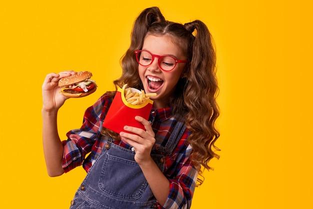 Szczęśliwe dziecko korzystających z fast foodów