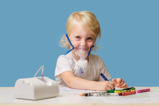 Szczęśliwe dziecko lat w terapeutycznej masce do inhalacji w domu