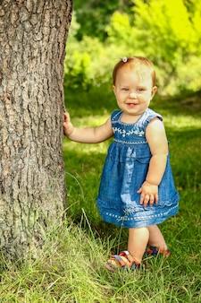 Szczęśliwe dziecko na świeżym powietrzu w parku