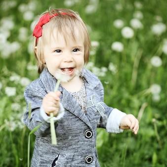 Szczęśliwe dziecko na zewnątrz