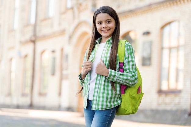 Szczęśliwe dziecko nosić torbę podróżną sobie dorywczo moda styl letnie wakacje miejskie na zewnątrz, styl życia.