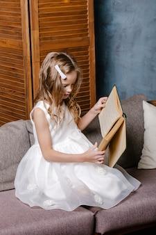Szczęśliwe dziecko otwierając książkę boże narodzenie. koncepcja wakacje boże narodzenie