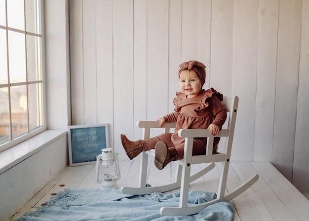 Szczęśliwe dziecko pozowanie