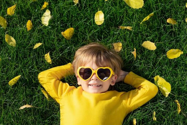 Szczęśliwe Dziecko W Jesień Parku Premium Zdjęcia
