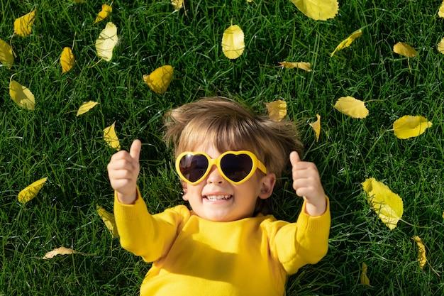 Szczęśliwe dziecko w jesień parku