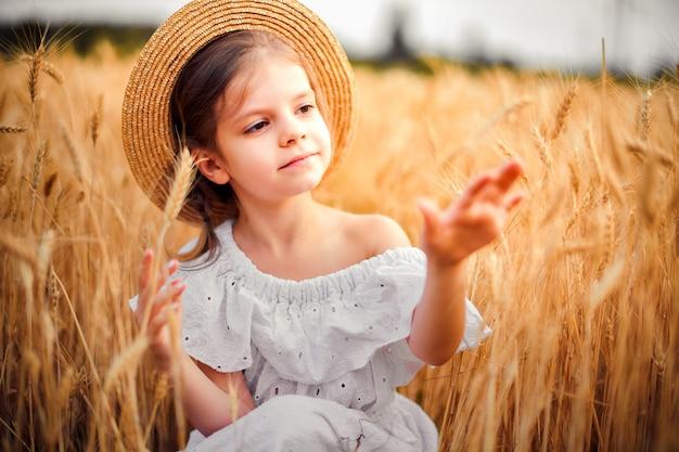 Szczęśliwe dziecko w polu pszenicy jesienią.