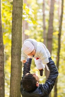 Szczęśliwe dziecko z ojcem na zewnątrz na wiosnę