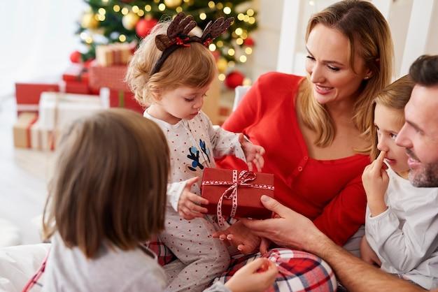Szczęśliwe dziecko z rodziną w czasie świąt bożego narodzenia