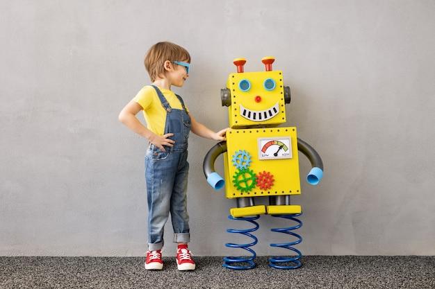 Szczęśliwe dziecko z zabawkowym robotem