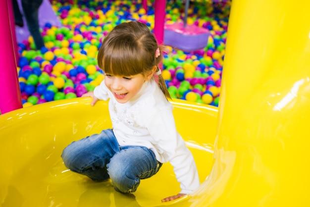 Szczęśliwe dziecko zabawy w sali zabaw